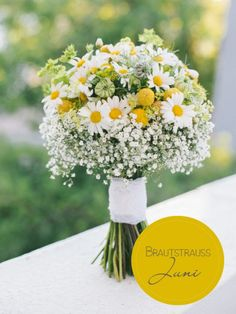 Sommerlicher Brautstrauß mit Margariten und Schleierkraut