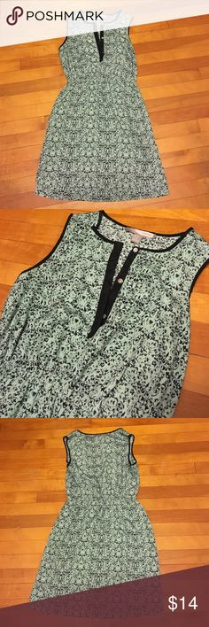 Black and green dress Preloved work once size xs. I am never an extra small. Usually a small or medium but this fit. There is a liner inside. Two pockets in the front. Easy to dress up or down. The back is an inch longer than the front. No rips tears or stains. Smoke free home. Bundling available. Forever 21 Dresses Midi