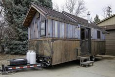 This is the Earth and Sky Palace Tiny House on Wheels. According to New Atlas, it was built by Dan Huling, who is a theatrical prop and stage designer at Handsome Little Devils. Please enjoy, learn… Tiny House Luxury, Tiny House Swoon, Small Tiny House, Micro House, Tiny House Cabin, Tiny Houses For Sale, Tiny House Design, Tiny House On Wheels, Little Houses