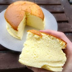 Un cheesecake japonais This Japanese cheesecake recipe is inspired by that of Rikuro Ojisan no Mise (Uncle Rikuro). Sweet Desserts, Vegan Desserts, Easy Cake Recipes, Sweet Recipes, Vanilla Magic Custard Cake, Japanese Cheesecake Recipes, Chocolate Desserts, Love Food, Food And Drink