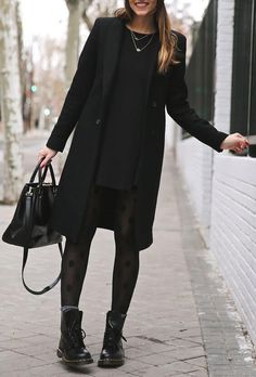 winter outfits classy Woman in elegant black coat - winteroutfits Winter Outfits For Work, Casual Winter Outfits, Cool Outfits, Summer Outfits, All Black Outfits For Work, Winter Clothes, Black Clothes, Autum Outfits 2018, Black On Black Outfits