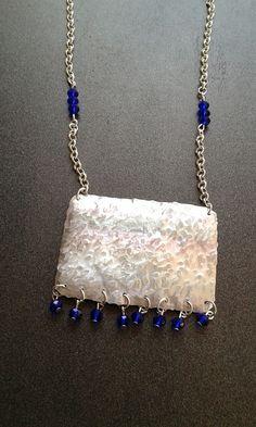 Placchetta in alluminio con pietrine in vetro blu