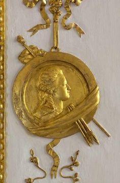 Perfil de María Antonieta tallado en madera en Versalles