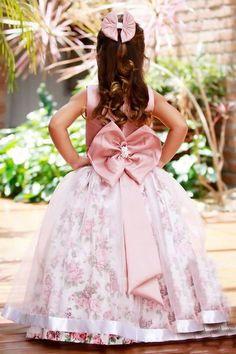 89998e16f Feito em corpo de tafetá branco, saia de tricoline floral rose com organza  rosa transparente