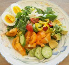 Noe av det beste jeg vet er å lage friske sommersalater av sesongens flotteste råvarer! Oransje tomater og agurker fra @vaxthusetibrunnby er mine favoritter om dagen. Prøv også litt chevre i salaten det er kjempegodt
