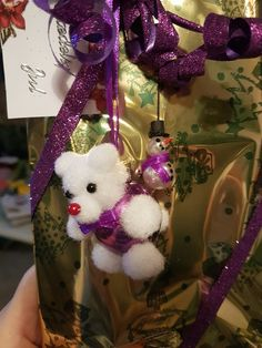 Jule glaskugle som en bamse og perle snemand.