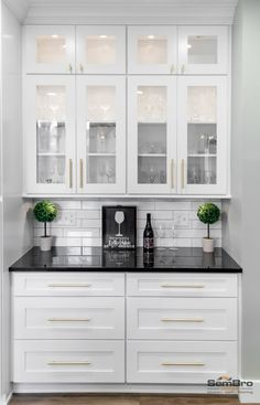 White Cabinets White Countertops, Black Kitchen Countertops, White Granite Kitchen, White Shaker Kitchen Cabinets, Off White Kitchens, Brown Cabinets, Modern Shaker Kitchen, Home Decor Kitchen, Home Kitchens