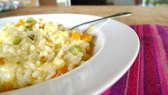 RISOTO MINEIRINHO: DUAS ABÓBORAS E QUEIJO CANASTRA: (4 porções) 2 c (chá) manteiga 1 c (chá) azeite 1 cebola pequena picada 100 g abóbora cabotiá picada 100 g de abobrinha menina em cubos 200 g arroz arbóreo 2 l de caldo de vegetais 100 gramas de queijo Canastra em cubos Sal