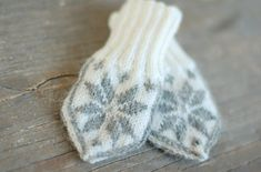 Baby Knitting Patterns Mittens selbuvotter traditional baby mittens from Norway. With link to knitting pattern…. Fall Knitting Patterns, Knitting For Kids, Knitting Projects, Baby Knitting, Knitting Designs, Mittens Pattern, Knit Mittens, Diy Crochet, Crochet Baby