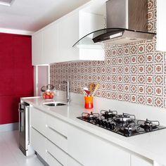Cozinha toda branquinha com aquela pitada de cor {Por Mancini Lamego Arquitetura Pic via MCA Estúdio} #architecture #decoração #cozinha #kitchen  White kitchen with a pop of color!