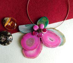 Compoziția florală este confecționată din felii de agat, lacrimi de agat și mărgele de hematit. Agate, Album, Floral, Earrings, Jewelry, Jewerly, Ear Rings, Stud Earrings, Jewlery