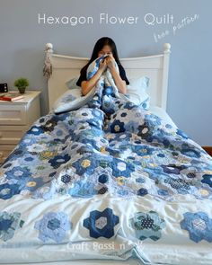 Quick way to sew a Modern Hexagon Flower Quilt Duvet Cover. Save time on creating a beautiful, comfy soft & fluffy warm modern bedding quilt for the family. Sewing Patterns Free, Quilt Patterns, Craft Patterns, Green Quilt, Hexagon Quilt, Hexagon Patchwork, Sewing Projects For Beginners, Duvet Covers, Sewing Tips