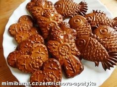 Perníčky z formy Gingerbread Cookies, Chicken Wings, Almond, Meat, Desserts, Food, Gingerbread Cupcakes, Tailgate Desserts, Deserts