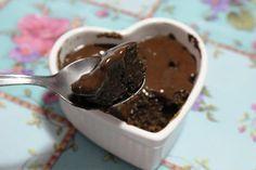 Bolo cremoso de chocolate na caneca - – 2 colheres de sopa de quinoa em flocos – 1 colher de chá de cacau (não adoçado) – 1 colher de café de canela – 4 colheres de sopa de água – 1 clara – 1 colher de café de fermento químico – 2 colheres de chá de açúcar demerara  Modo de fazer: Junte todos os ingredientes num recipiente pequeno – deixe o fermento por último. Mecha bem e coloque em uma caneca grande. Coloque no microondas por 1 minuto em potência em alta.