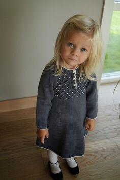 Perlekjolen, strikket av tante Eli, blir årets julekjole. Oppskrift kommer i vår neste bok, og her er en nydelig vri som jeg falt pladas... Knitting Wool, Knitting For Kids, Baby Knitting Patterns, Toddler Fashion, Kids Fashion, Little Girl Dresses, Girls Dresses, Crochet Baby, Knit Crochet