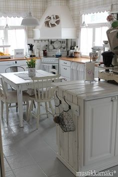 DIY Shabby Kitchen Decor Ideas That Will Add Value To Any Home Do you consider yourself to be an expert in home improvement? Can you tackle some of the biggest and most complex projects in your own home? Cozy Kitchen, Country Kitchen, New Kitchen, Vintage Kitchen, Kitchen Decor, Kitchen Stuff, Cottage Kitchens, Home Kitchens, Cozinha Shabby Chic
