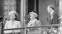 De koninklijke familie op het paleisbalkon / The royal family on the palace balcony | inhuldiging koningin Juliana 1948
