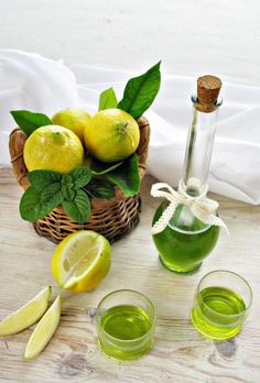 Liquore alla menta e limone Love Food, A Food, Food And Drink, Limoncello, Homemade Liquor, Tea Cocktails, Make Banana Bread, Wine And Liquor, Antipasto