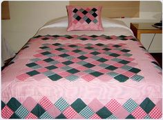 Arte Patchworks y Quilts, cubrecamas, pieseras, cojines, individuales y otros. Diy Pillow Covers, Bed Covers, Diy Pillows, Charm Square Quilt, Charm Quilt, Pink Quilts, Girls Quilts, Quilt Block Patterns, Quilt Blocks