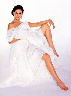 Barefoot Ashley Judd -- comfortable, sexy, and confident Ashley Judd Young, Instyle Magazine, Hollywood Actresses, Hot Actresses, Beautiful Actresses, Celebrity Photos, American Actress, Hot Girls, Celebs