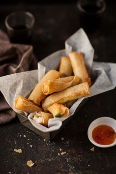 Prawn and mozzarella spring rolls. Prawn and mozzarella spring rolls with coriander. Yummy Appetizers, Appetizer Recipes, Shrimp Spring Rolls, Tapas, Food Porn, Ober Und Unterhitze, Eat Smarter, Food Cravings, Seafood Recipes
