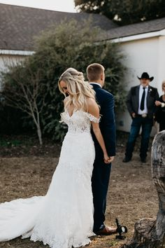 Kailey + Mason's woodsy winter wedding had the most beautiful boho decor to make this day over the top. Click below to see more of this DFW wedding Wedding Picture Poses, Beach Wedding Photos, Wedding Poses, Wedding Bride, Wedding Decor, Wedding Pictures, Wedding Ideas, Wedding Details, Snow Wedding