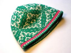 The Inga hat free pattern | I just love this colourwork, especially the emerald with the hot pink!