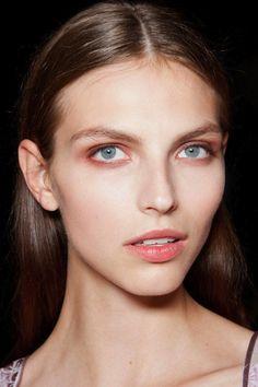 beauty inspo: the neutral smokey eye Neutral Smokey Eye, Neutral Makeup, Smoky Eye, Skin Makeup, Beauty Makeup, Hair Beauty, Hailey Baldwin, Runway Makeup, Unique Faces