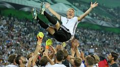 Bastian Schweinsteiger wird von Mitspielern bejubelt | Bildquelle: dpa/Ina…