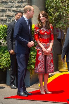 April The Duke and Duchess of Cambridge visited the Taj Mahal Palace, Mumbai. The Duchess wore bespoke red Alexander McQueen, Fern pumps by L. Bennett and Russell & Bromley Curvy clutch bag. Kate Middleton Prince William, Prince William And Catherine, Duke And Duchess, Duchess Of Cambridge, Style Kate Middleton, Duchesse Kate, Princesa Kate Middleton, Style Royal, Indian Colours