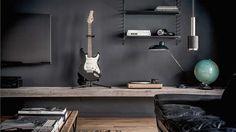 Dit appartement is er eentje voor de mannen: zwartleren banken, een elektrische gitaar op een prominente...
