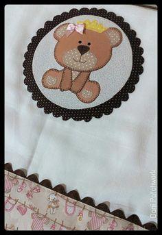 Fralda de Ombro medindo 70x70 cm, com aplicação da Princesa Ursa