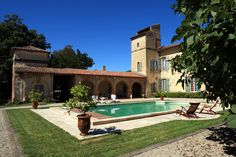 em Issus, França. This amazing castle form the XVIIth century welcomes your family stays in the warmth of bricks architecture! It is in the heart of the Lauragais, a vivid region in the south of France, very near Toulouse. Enjoy the ease of French way of life !  Yo...