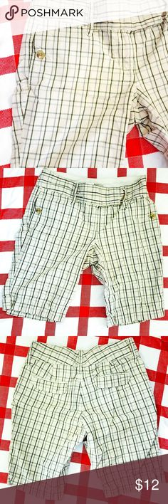 Old Navy Plaid Women's Size 4 Bermuda Shorts EUC - No rips, tears, or stains. Hard to photograph but there is subtle design of light pink plaid throughout the shorts. Size 4 mid-rise. Perfect for summer! Old Navy Shorts Bermudas