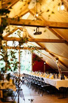 Låven ble pusset opp i og har plass til 120 gjester! Bergen, Eid, Patio, Outdoor Decor, Home Decor, Homemade Home Decor, Yard, Terrace, Decoration Home