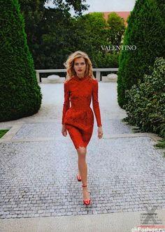 Девушка в красном, ажурном платье чуть выше колен и красных туфлях