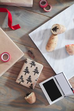 Save time and money with this easy and simple Christmas gift wrap hack! Gift wrapping ideas you cant miss, like using a potato to stamp your customized design.
