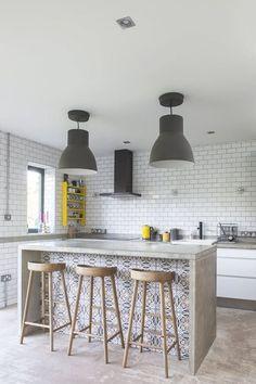 ideas para cocinas con isla y barra incorporada con cierto aire a decoración vintage.