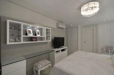 Total white décor. Veja: http://www.casadevalentina.com.br/projetos/detalhes/em-clima-total-white-622 #decor #decoracao #interior #design #casa #home #house #idea #ideia #detalhes #details #style #estilo #casadevalentina #color #white #branco #cor #bedroom #quarto #dormitorio