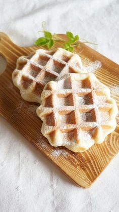 自家製ベルギーワッフル by 本村 美子 / イーストで作るベルギーワッフル。生地作りはHBにお任せなので、とっても簡単に作れます。焼き立ては、サクッとしてふんわりで、本当に美味しいですよ~今回はパールシュガーで作りましたが、プレーンで作って、チョコのコーティングをしても可愛いですよ。 / Nadia Yummy Waffles, Pancakes And Waffles, Cafe Menu, Cafe Food, Sushi, Low Carb Burger, Waffle Bar, Brunch, Pizza