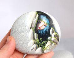 Piedra pintada. Expresa libre envío poco elf, sprite del bosque pintados guijarros.