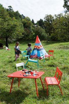 Banc Luxembourg Kid Fermob couleur capucine #mobilierdejardin #exterieur #outdoor #furniture #design #jeu #enfant #kid #child #jardin #campagne #vacances #holidays