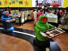 Em Harbin, cidade no norte da China, um restaurante apresentou a novidade: 20 robôs que atuam como garçons e cozinheiros. Com diferentes aparências, mais de dez tipos de expressões faciais e a capacidade de receber os clientes com variadas frases de boas-vindas, eles medem entre 1.30 e 1.60 metros de altura e custam, cada um, 20 mil iuanes, o equivalente a R$ 6,5 mil. Na Exame.