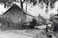0210351: Coll. Chr. Warnar: Engelse militairen. Eerste Britse Tanks en Infanterie komen Asten binnen. v.l.n.r. Paterstuin. Kusters Fam. huis. Verberne Jan,boerderij. Soldaten houden de wacht voor sluipschutters. 9/1944