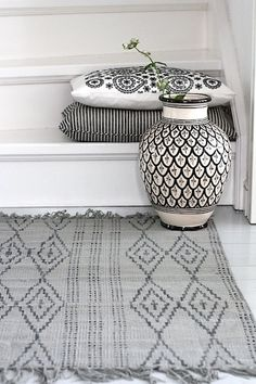A perfect example of how you can mix and match black and white patterns and prints to achieve that Moroccan Home Decor look that's been trending. #HomeDecor #MoroccanHomeDecor #moroccan #vases
