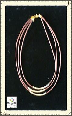 Collar de cuero con carretes de oro laminado...  Conoce más productos y modelos en facebook.com/giogellimexico