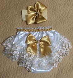Kit luxo calcinhas bunda rica, para festas, aniversário de 1 ano, ou batizado.  Confeccionado em cetim com renda bordada nas cores:  -branco, vermelho e dourado  -tamanhos: P M G