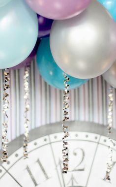 Balloons - Here is the tutorial for the balloon false ceiling. It is extremely easy and inexpensive since you don't need to use helium filled balloons-. Balloon Ceiling, The Balloon, New Year's Eve Celebrations, New Year Celebration, Nye Party, Party Time, Helium Filled Balloons, Hanging Balloons, Helium Balloons