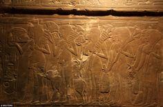 Segreti: Sculture sulle pareti della tomba del secondo show room Maia di fronte a diversi ...