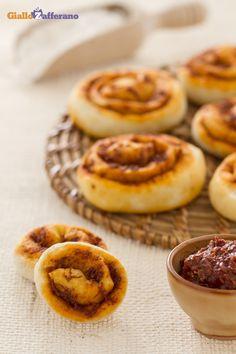 Le GIRELLE ALLA SARDELLA (sardella pinwheels) sono soffici rotoli di pasta di pane, condite con un prodotto tipico della #Calabria: la sardella. #ricetta #GialloZafferano #italianfood #italianrecipe